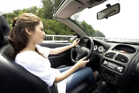 phụ nữ học lái xe ô tô
