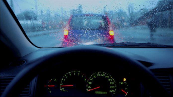 kinh nghiệm lái xe ô tô dưới trời mưa