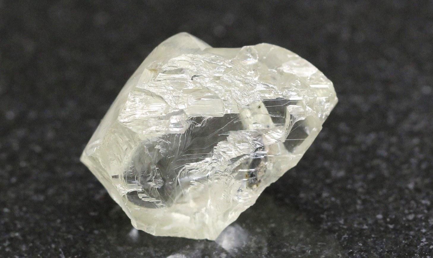 tại sao kim cương có màu