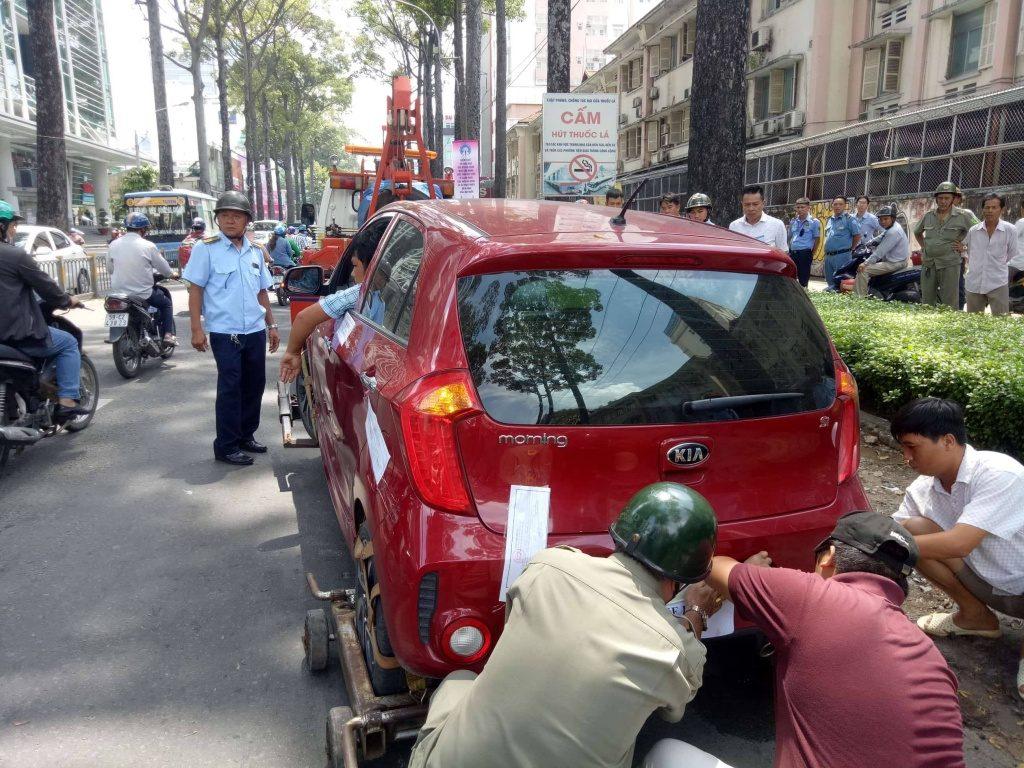 mức phạt lỗi đỗ xe ô tô trên vỉa hè