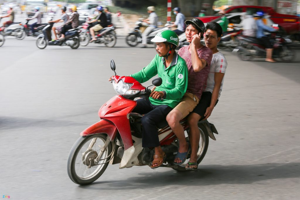 mức phạt xe máy chở quá số người quy định