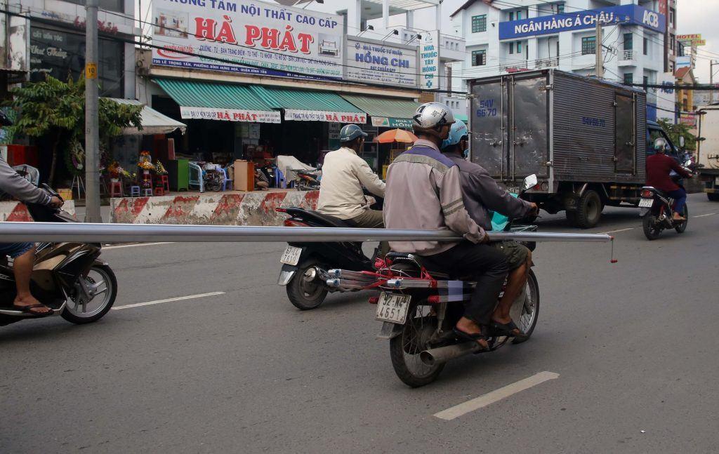 mức phạt xe máy chở hàng cồng kềnh